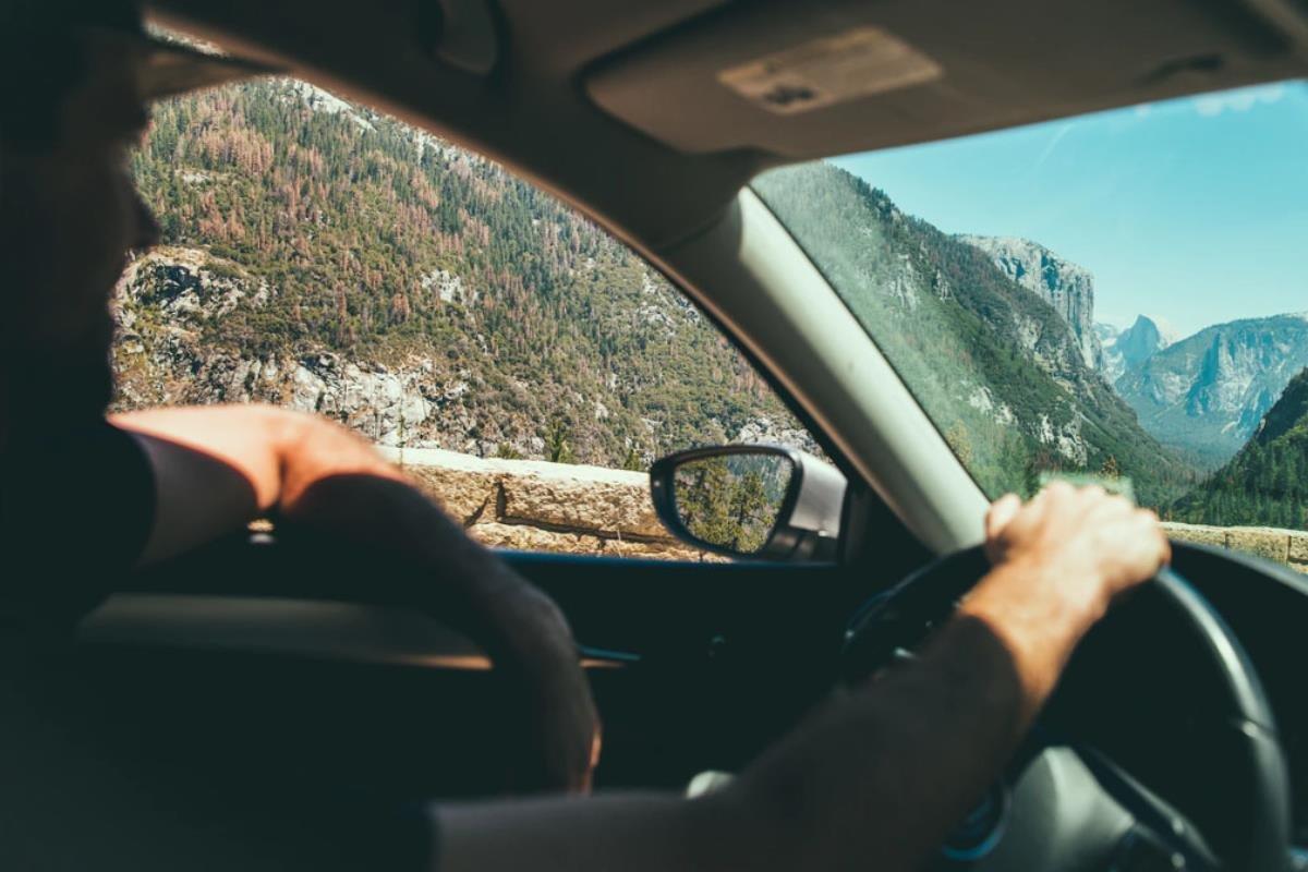lái xe cửa kính mở