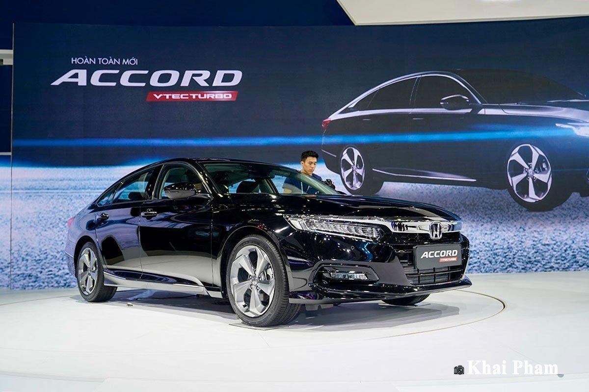 Honda Accord được nhiều người đánh giá cao cả về thiết kế nhưng có giá bán cao.