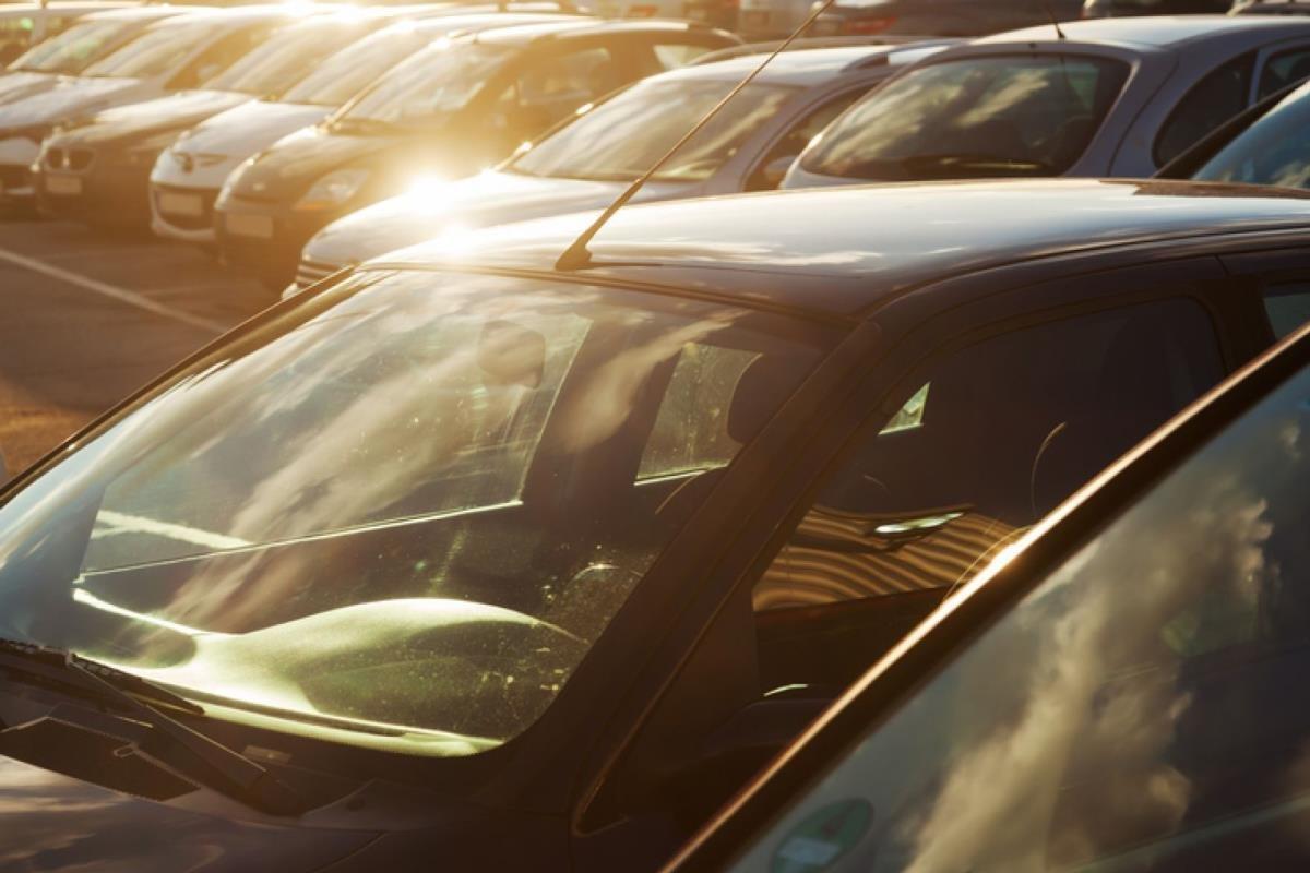 đỗ xe dưới trời nắng nóng