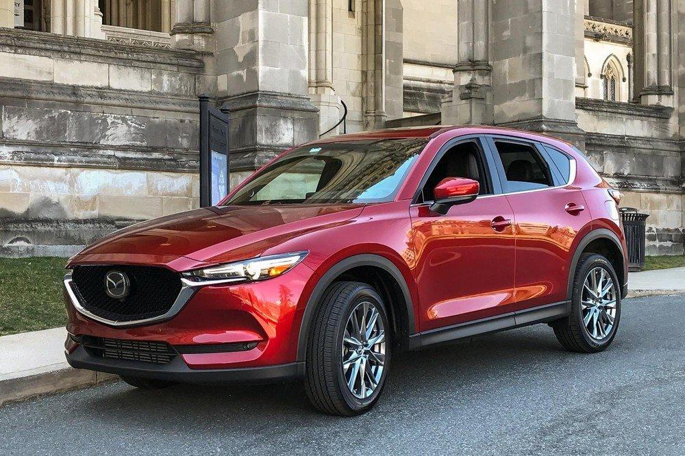 Mazda CX-5 sở hữu ngoại hình trẻ trung, thể thao nhưng không kém phần lịch lãm, sang trọng.