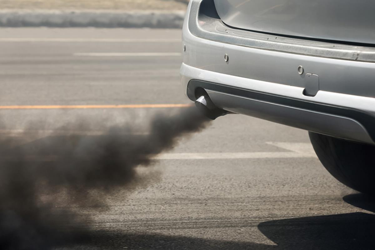 khói đen bốc ra từ ống xả