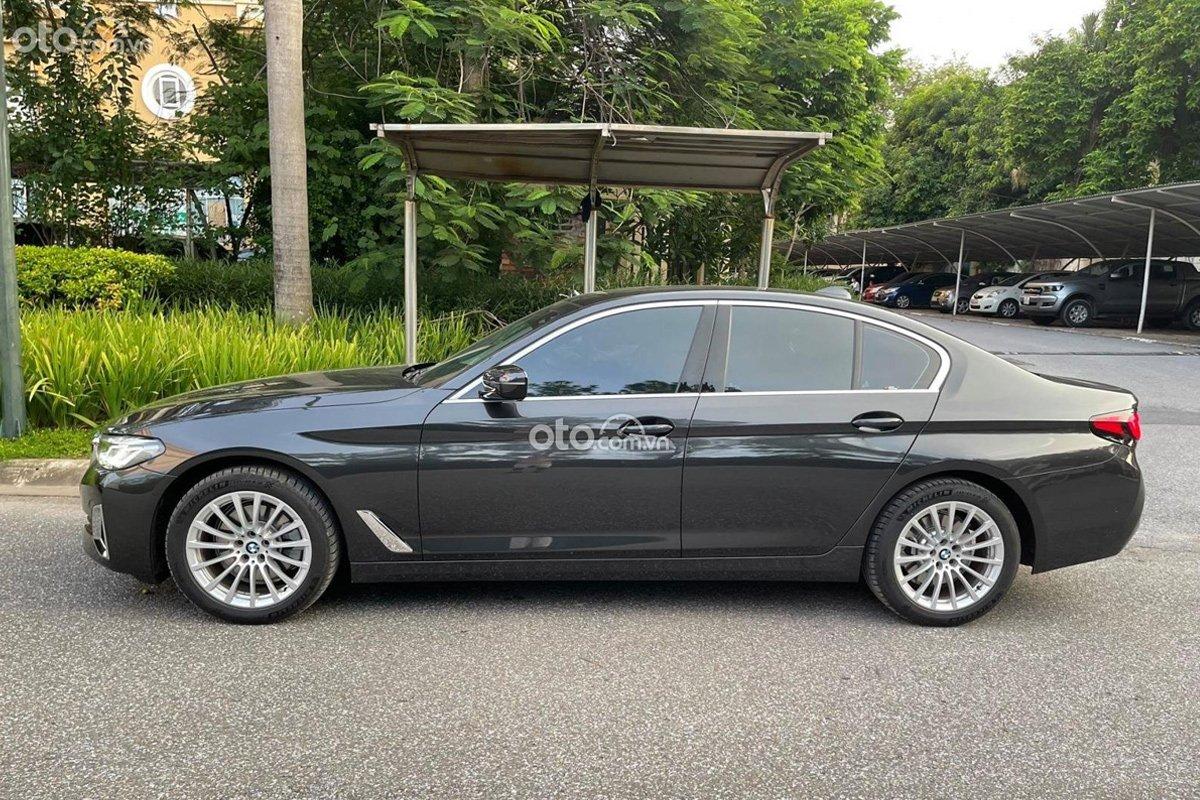 Thân xe BMW 520i 2021 ấn tượng với các đường gân nổi chạy dọc.