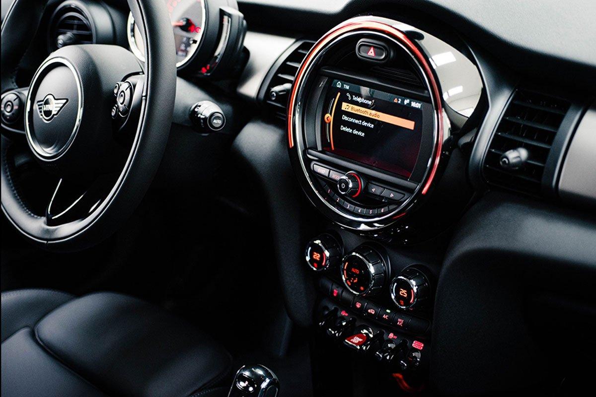 màn hình thông tin xe MINI One.