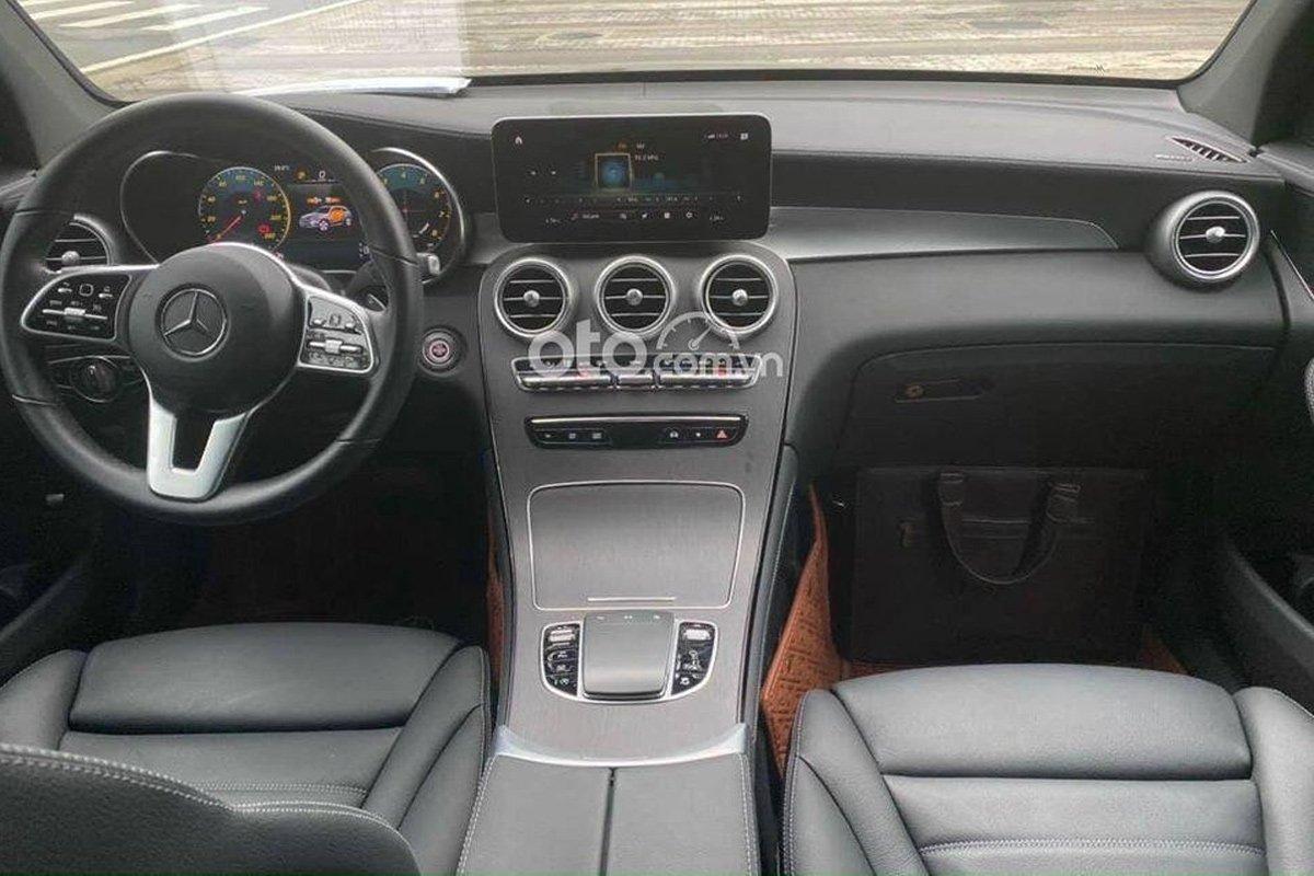 Mercedes-Benz GLC 300 sở hữu khoang nội thất tiện nghi.