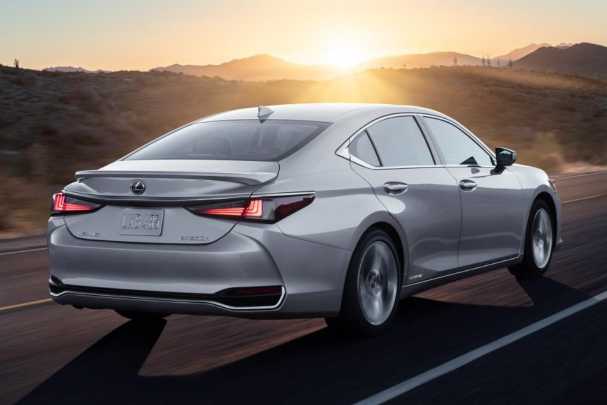 Lexus ES 2022 mặt sau