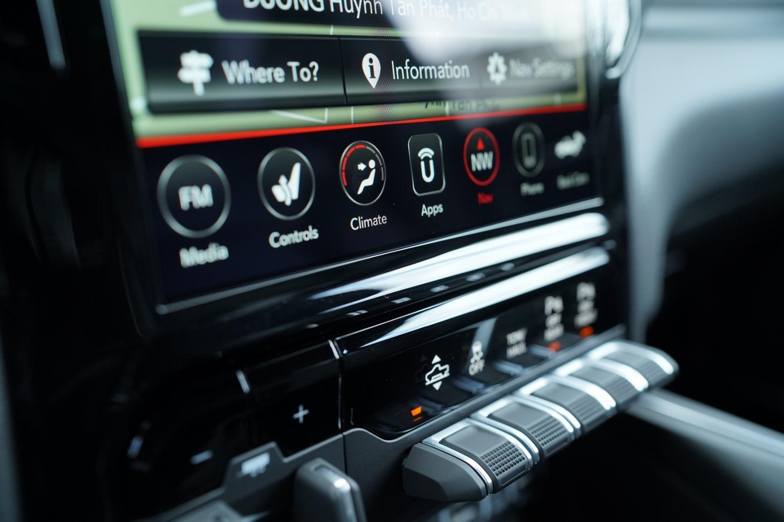 Hệ thống giải trí trên xe RAM 1500Laramie Night Edition. 1