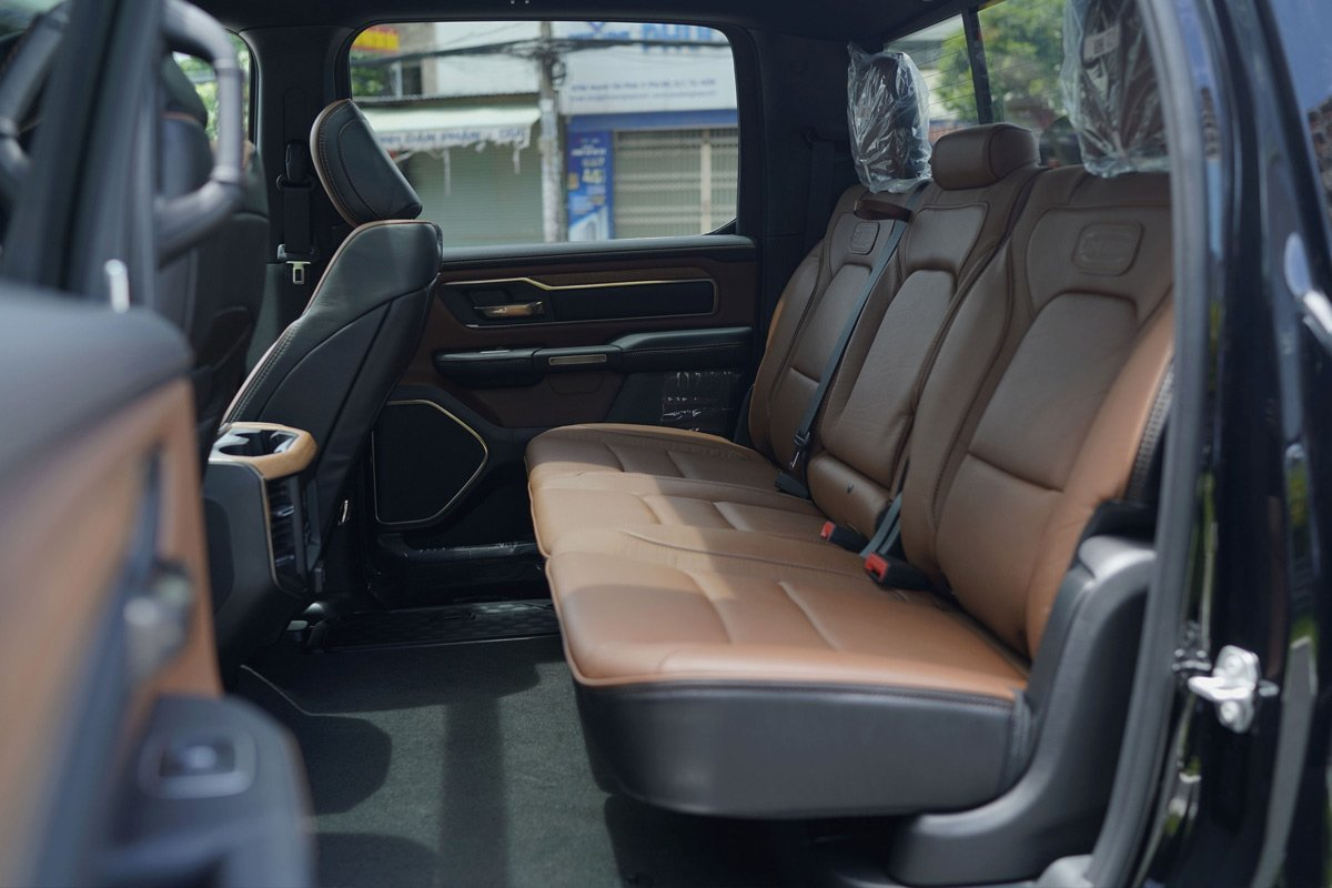 hàng ghế sau xe RAM 1500.