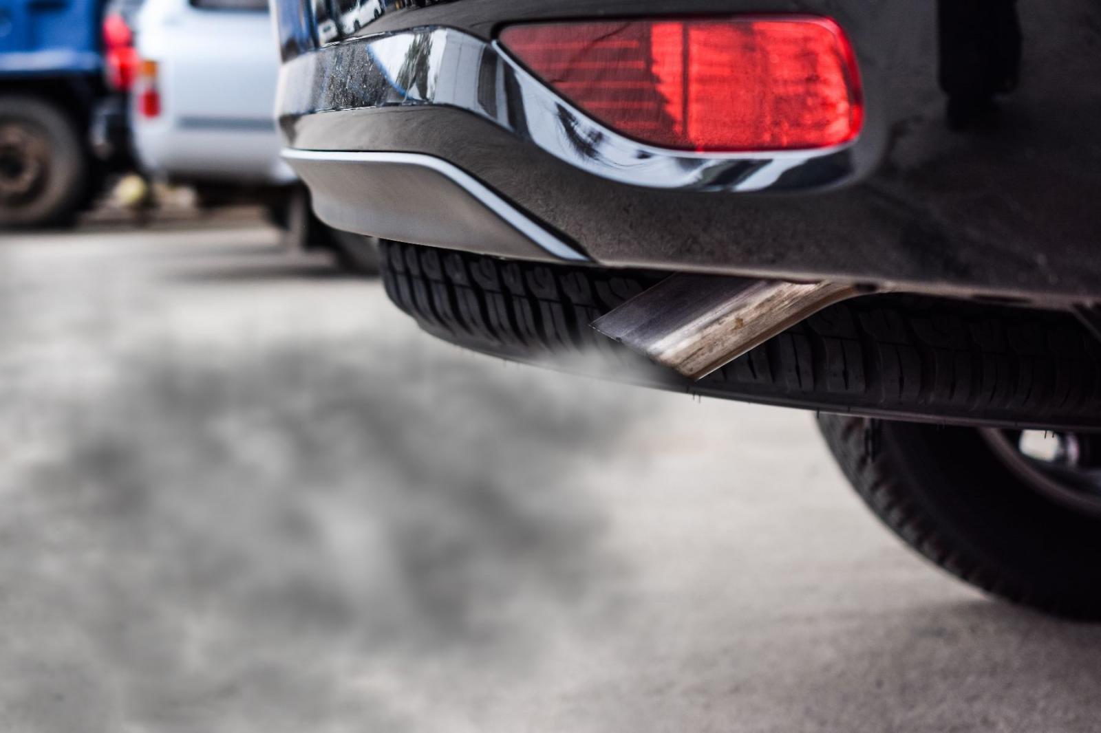 ống xả ô tô thải ra khói đen