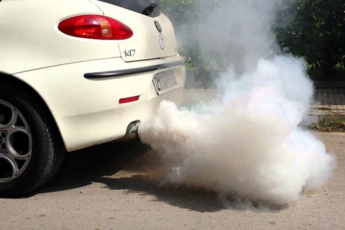 ống xả ô tô xả ra khói trắng