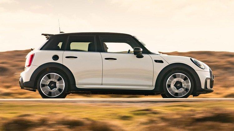 thân xe MINI Cooper 5 cửa 2021.