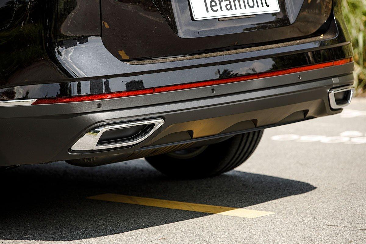 Chụp ống xả giả trên VW Teramont 2021.