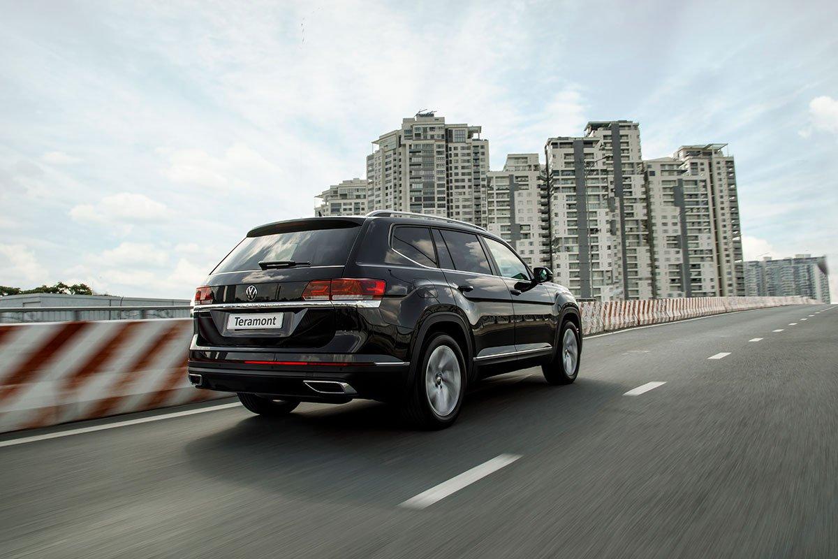 VW Teramont 2021 phần đuôi xe.