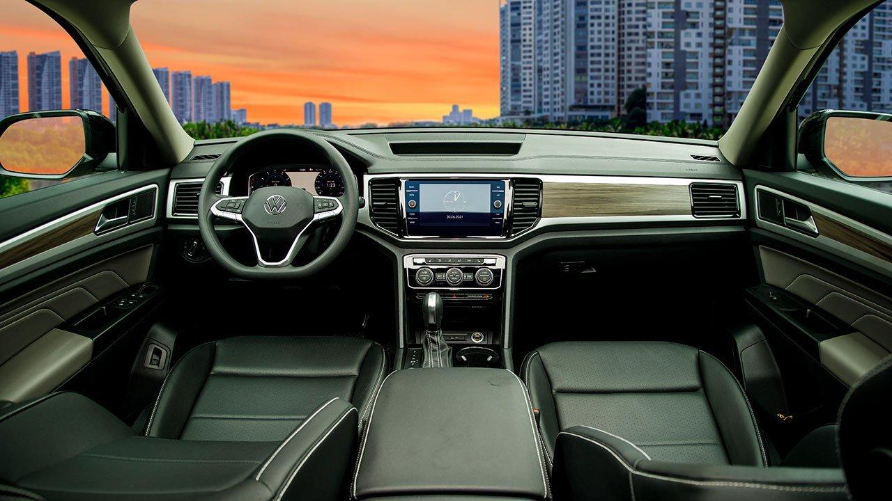 Khoang lái hiện đại, nhiều chi tiết ốp gỗ, mạ crom của Volkswagen Teramont 1