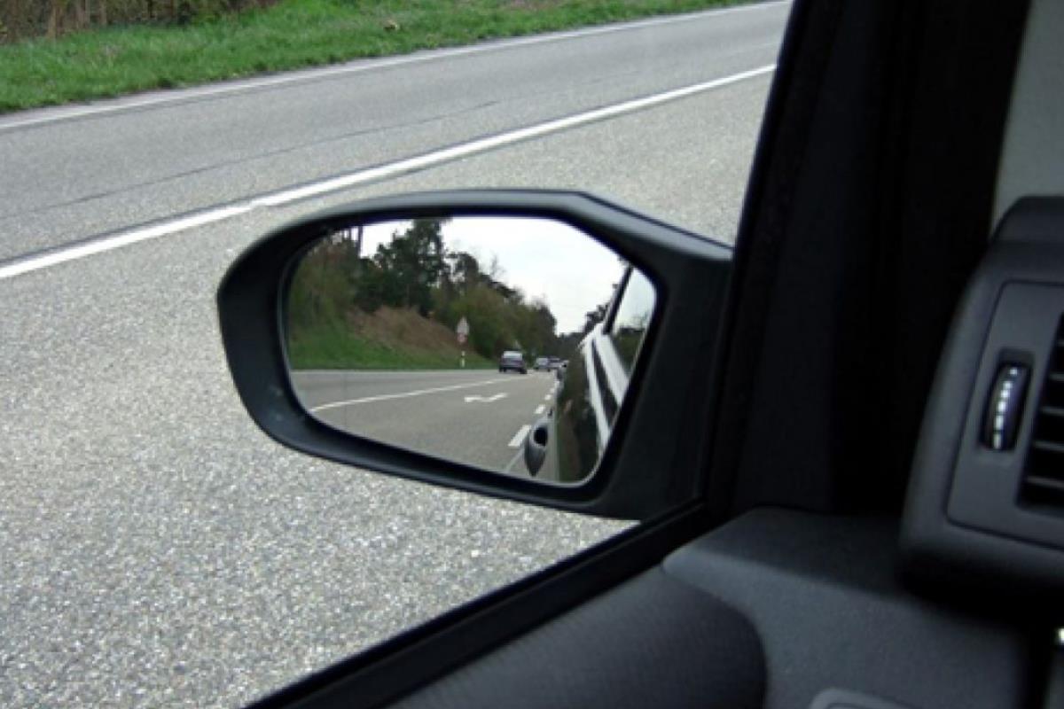 điều chỉnh gương chiếu hậu