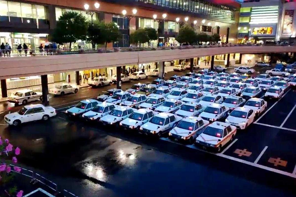 taxi Nhật Bản xếp hàng.