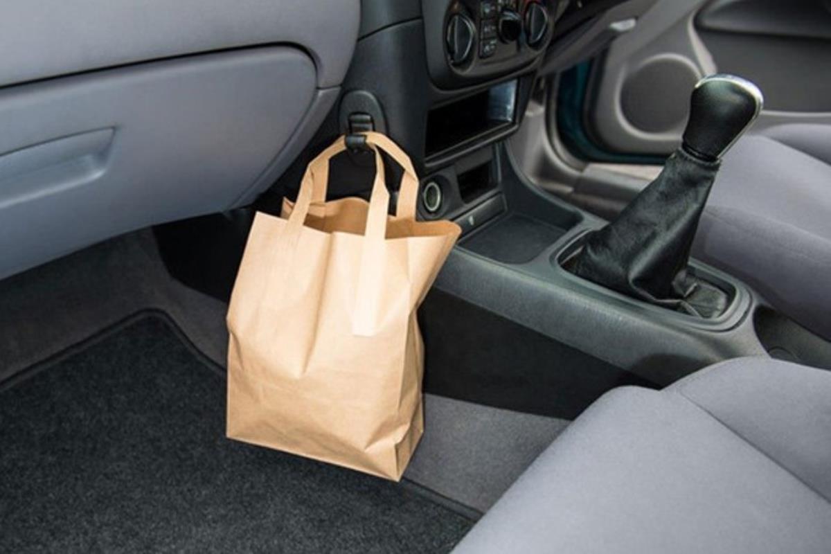 túi xách trên xe ô tô