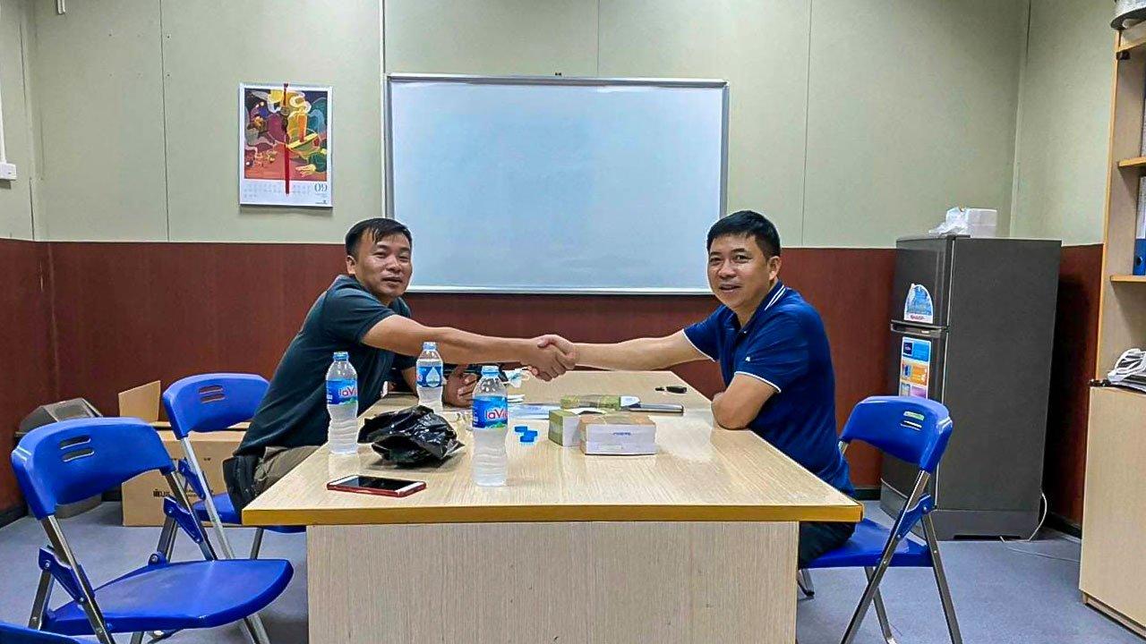 Anh Phạm Huy Biền (phải) chia sẻ khó khăn gặp phải khi có dịch Covid-19.