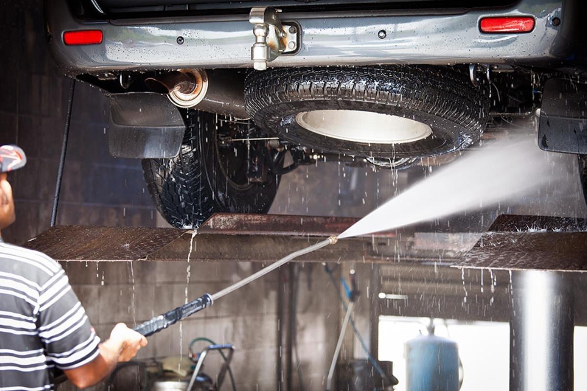 cọ rửa gầm xe ô tô