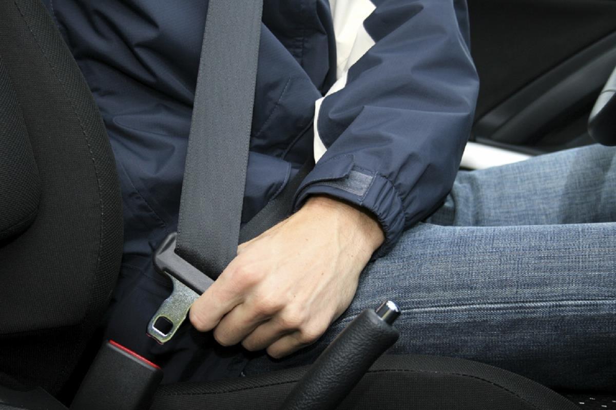 thắt dây đai an toàn khi đi xe ô tô
