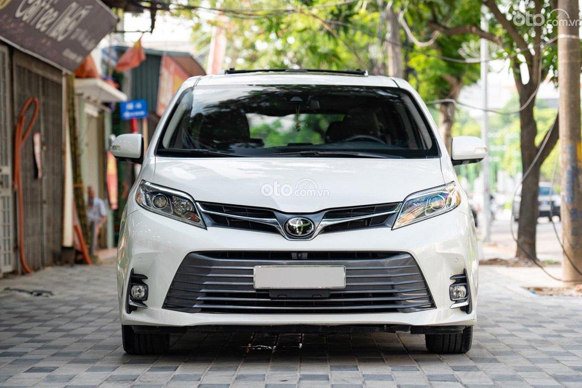 Toyota Sienna Limited 2018 cũ vẫn cao cấp 3 lần so với Kia Sedona.