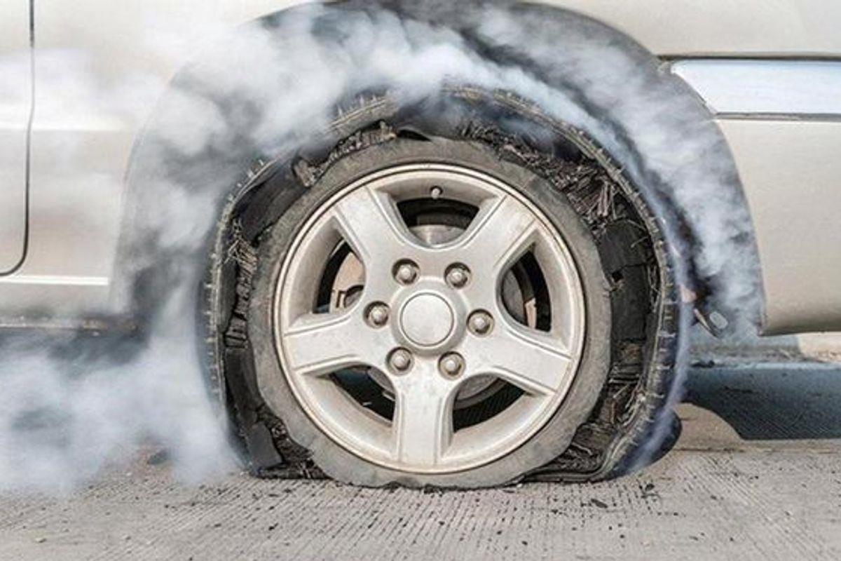 nổ lốp xe