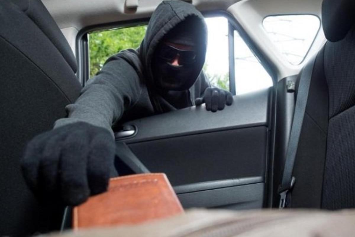 trộm ví tiền trên xe ô tô
