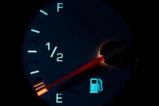 Khi đèn báo xăng bật sáng, tài xế nên tìm cây xăng gần nhất, không nên cố tiếp tục di chuyển.