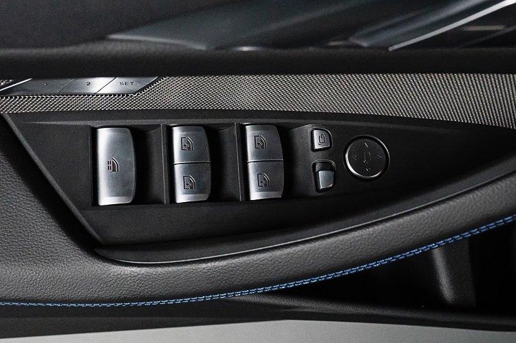 nút bạc mạ kim loại trên xe BMW 430i Convertible 2021.