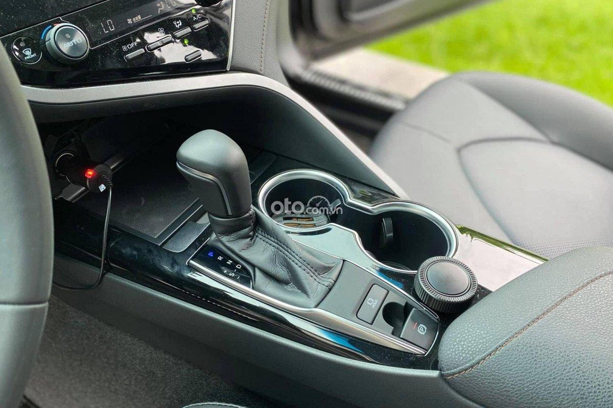 Toyota Camry 2021 mới lăn bánh chỉ 600 km đã được rao bán.