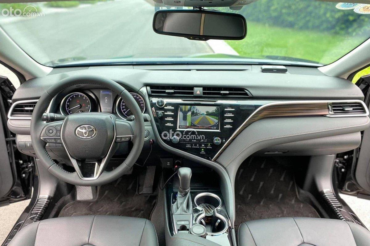 Toyota Camry nhập khẩu mới lăn bánh chỉ 600 km đã được rao bán .
