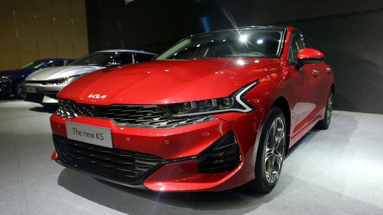 """Ảnh thực tế KIA K5 2022 mới ra mắt, liệu có """"lật ngược thế cờ"""" trước Toyota Camry? a1"""