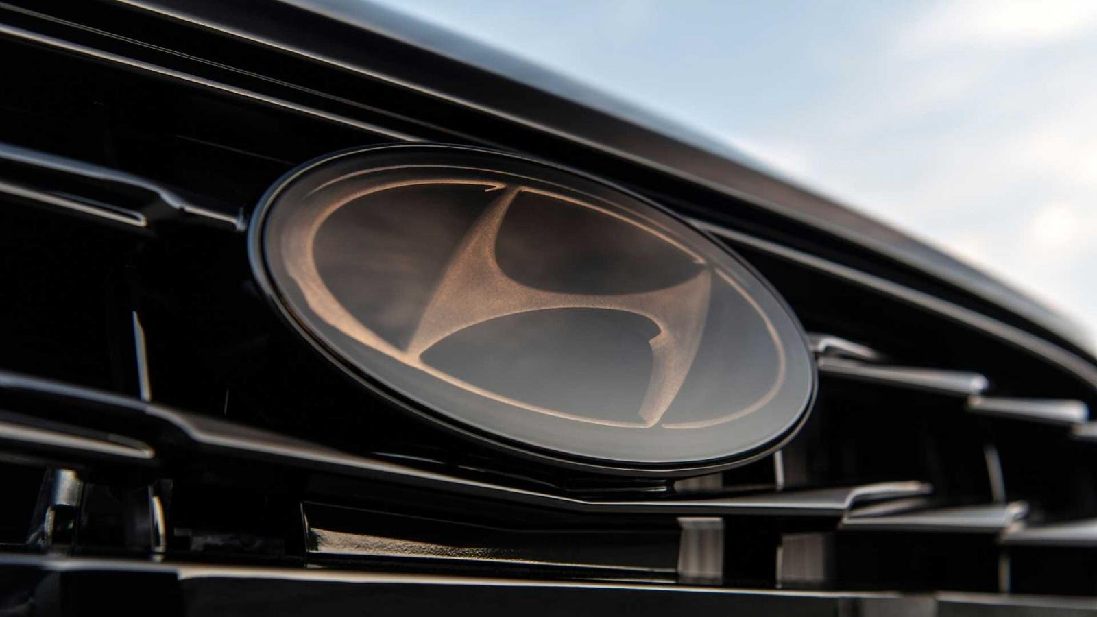 Logo phía trước Hyundai Sonata N-Line Night Edition 2022.