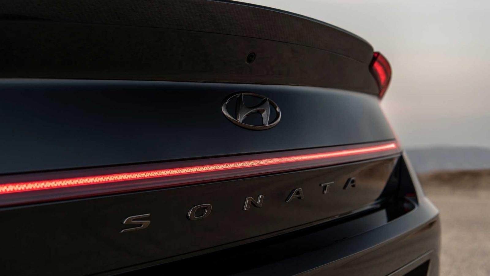 Logo phía sau Hyundai Sonata N-Line Night Edition 2022.