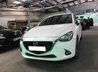 Cần tiền bán gấp Mazda 2 2016 số tự động, xe màu trắng