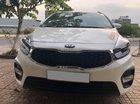 Cần bán xe Kia Rondo 2017 số sàn máy xăng, xe màu trắng rất đẹp