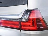 Đánh giá xe Lexus LX570 2016: Cụm đèn hậu LED hình chữ L cách điệu.