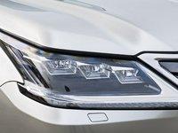 Đánh giá xe Lexus LX570 2016: Cụm đèn pha 3 bóng thiết kế ấn tượng.