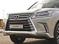 Đánh giá xe Lexus LX570: Lưới tản nhiệt hình con suốt đặc trưng.