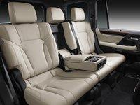 Đánh giá xe Lexus LX 570 2016: Không gian để chân của hàng ghế sau rất thoải mái.