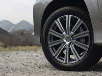 Lexus LX 570 2016 sử dụng la-zăng hơp kim 10 chấu, kích thước 20 inch.