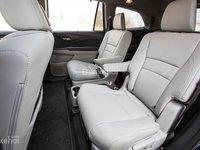 Đánh giá xe Honda Pilot 2018: Hàng ghế thức 2 với khoảng để chân rộng.