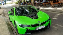 BMW i8 màu xanh cốm nổi bật trên đường phố Sài Gòn