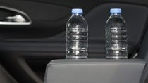 Cẩn trọng khi uống nước khoáng đóng chai nhựa để trên xe ô tô quá lâu
