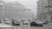 Hình ảnh ô tô chìm trong tuyết trắng ở Moscow