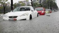 Mưa lớn kéo dài ở Đà Nẵng, xe ô tô 'ngụp lặn' trong biển nước