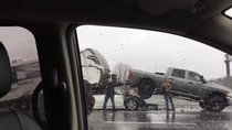 Nissan Maxima chọc khe xe thùng, chui gầm xe moóc
