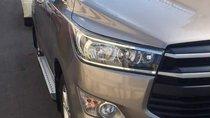 Cần bán Innova màu bạc số sàn, 2.0E, năm sản xuất 2018, xe đẹp không lỗi, sơn zin