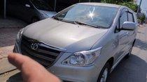 Bán Toyota Innova 2.0E đời 2014, màu bạc xe gia đình