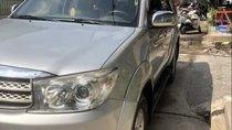 Cần bán Toyota Fortuner đời 2010, màu bạc xe gia đình