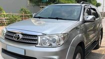 Cần bán Toyota Fortuner at đời 2011, màu bạc, giá tốt